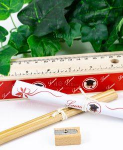 scatolina legno righello matite temperino e pergamena stampa tocco