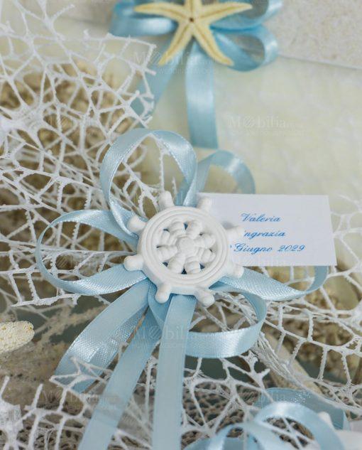 segnaposto gessetto bianco timone con nastri azzurri