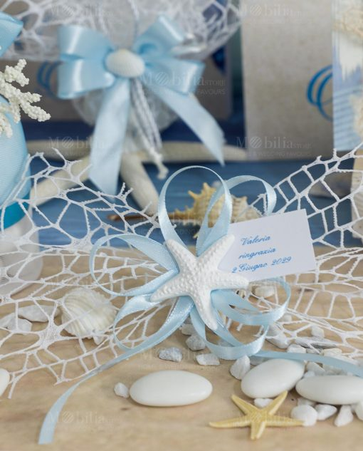 segnaposto rete bianca con nastro azzurro e applicazione gessetto stella marina