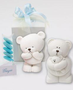bomboniera salvadanaio orsetto ceramica bianca con scatola e nastrini azzurri linea coccole polari ad emozioni