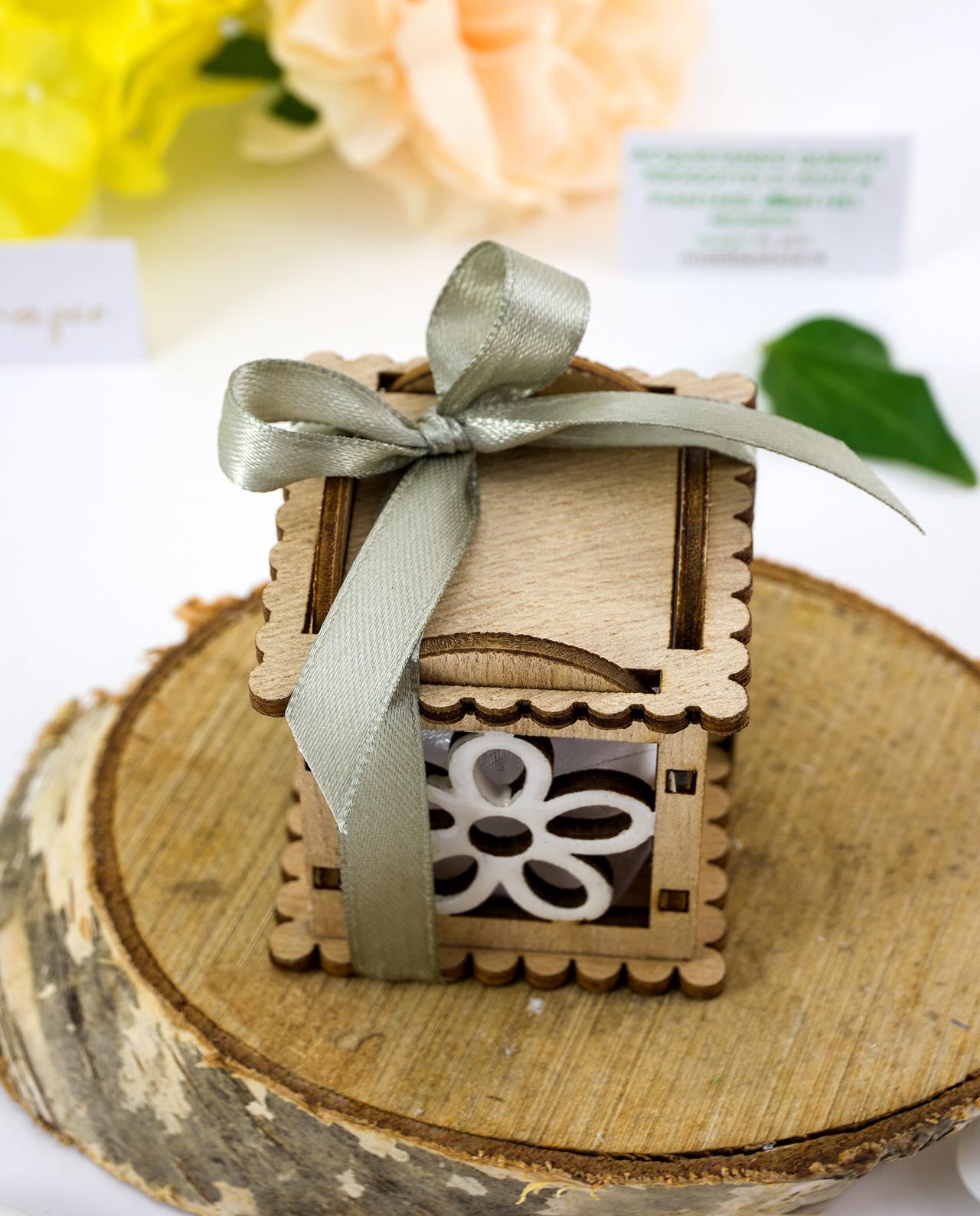 Scatolina portaconfetti legno con fiori e confetti ...