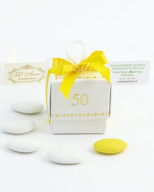 scatolina cubo bianco con 50 anni d'oro con nastro giallo e confetti
