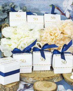 scatolina-bianca-con-confetti-per-50-anni-con-nastrino-blu