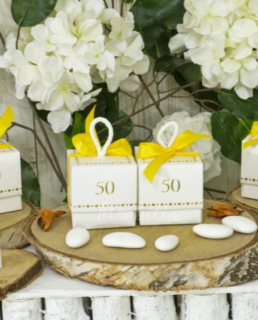 scatolina bianca con coperchio e nastro giallo 50 anni